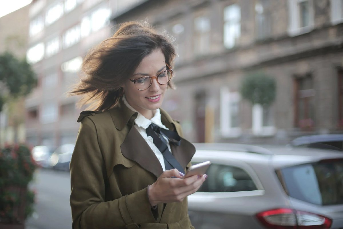How Voicemail And SMS Can Give You The Edge In Business